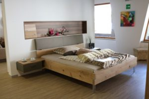 Masívna posteľ v prevedení dub