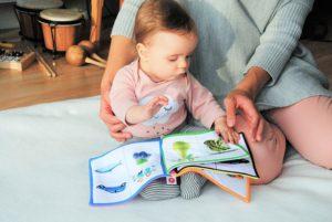Žena číta knižku dieťatu