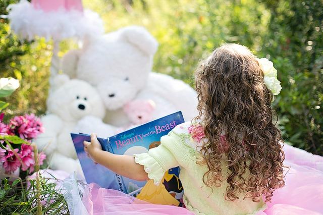 Dievčatko si číta rozprávkovú knihu