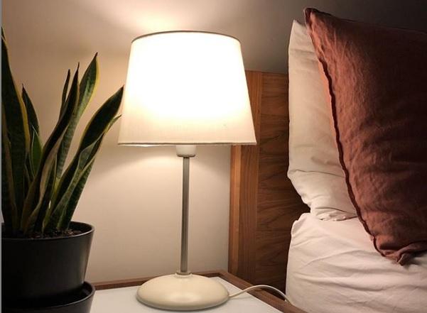 LED žiarovka v lampe