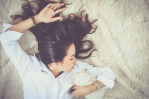 žena spí v posteli