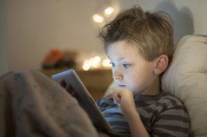 Chlapec používa elektroniku pred spaním