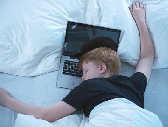 Chlapec zaspal na notebooku