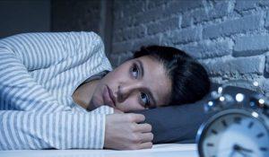 Žena má nepokojný spánok