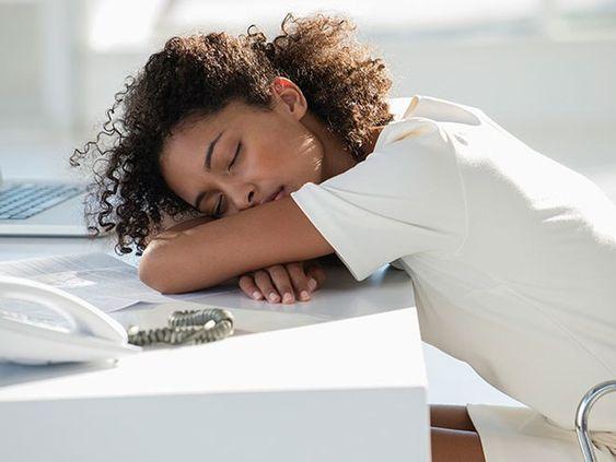 Žena zaspala na stole