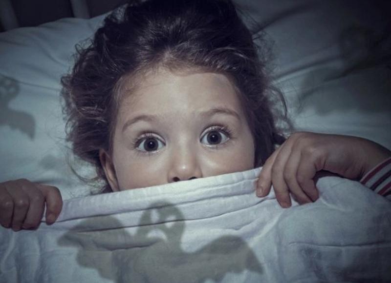 Vystrašené dieťa v posteli